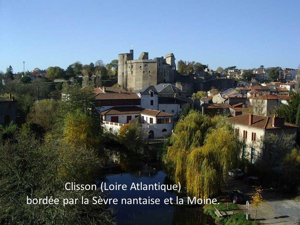 Sète (Hérault) dressée entre l'Étang de Thau et la Méditerranée.