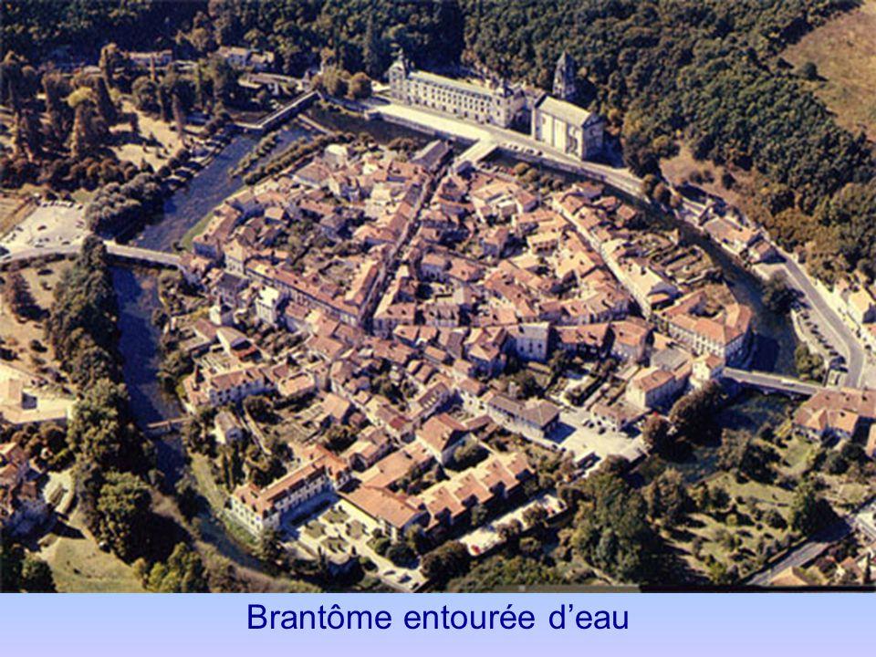 Brantôme Le canal creusé par les moines passe devant labbaye et léglise,