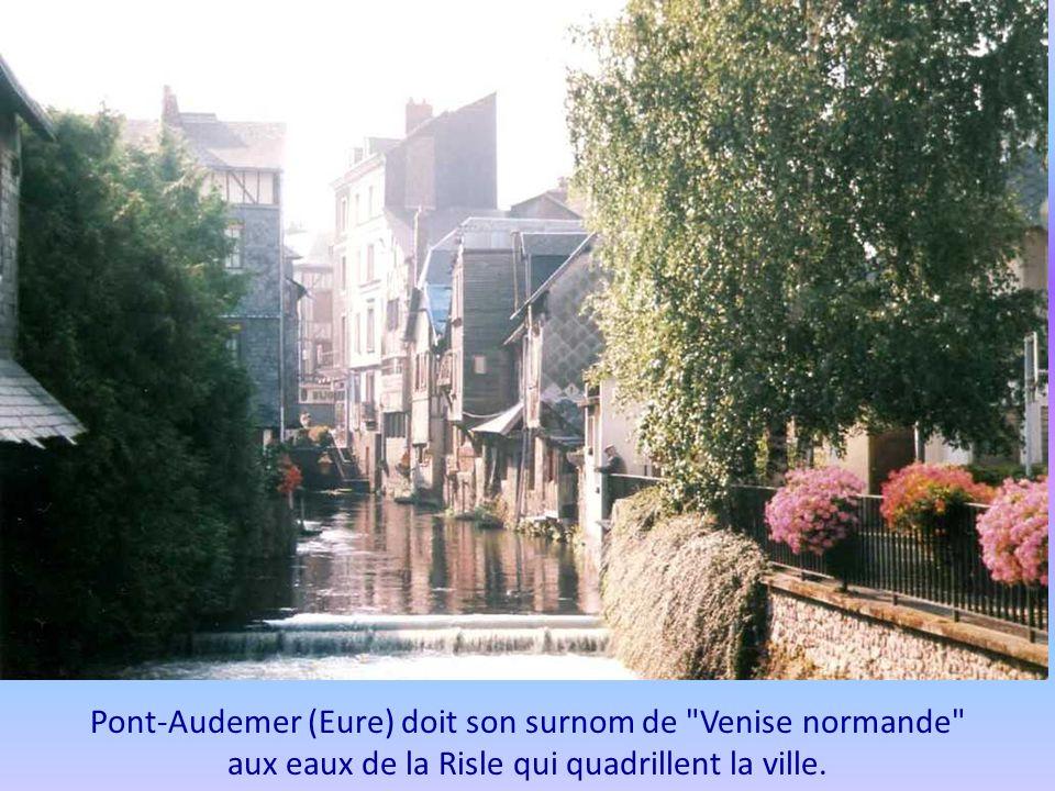 Pont-Audemer (Eure) doit son surnom de Venise normande aux eaux de la Risle qui quadrillent la ville.