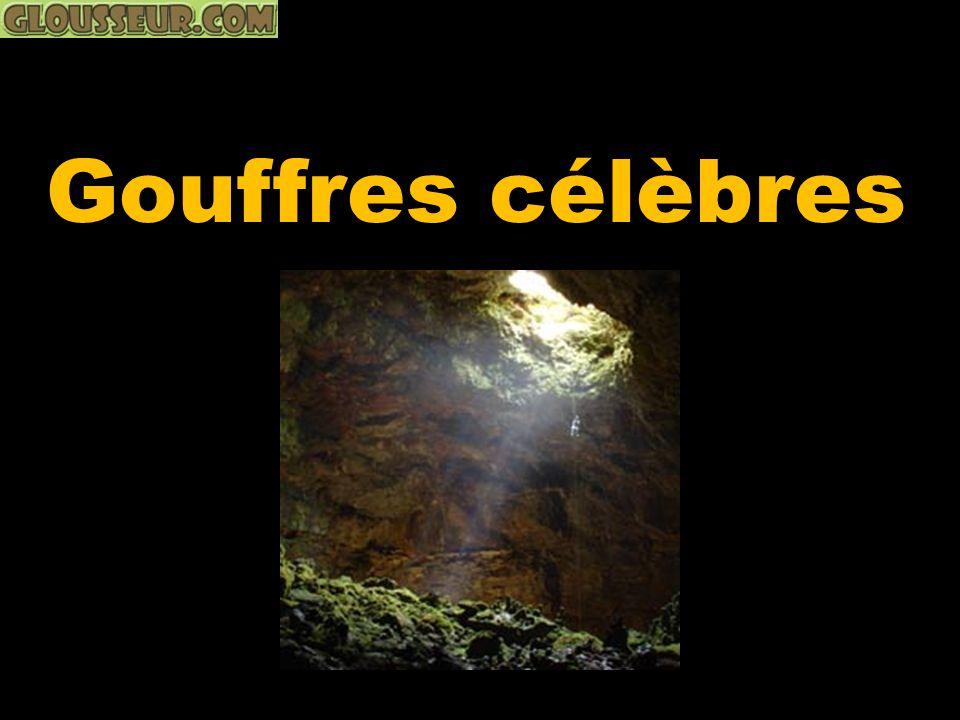Le Gouffre de Padirac est une cavité naturelle de 35 mètres de diamètre au fond de laquelle, à 103 mètres de profondeur, coule une rivière souterraine.