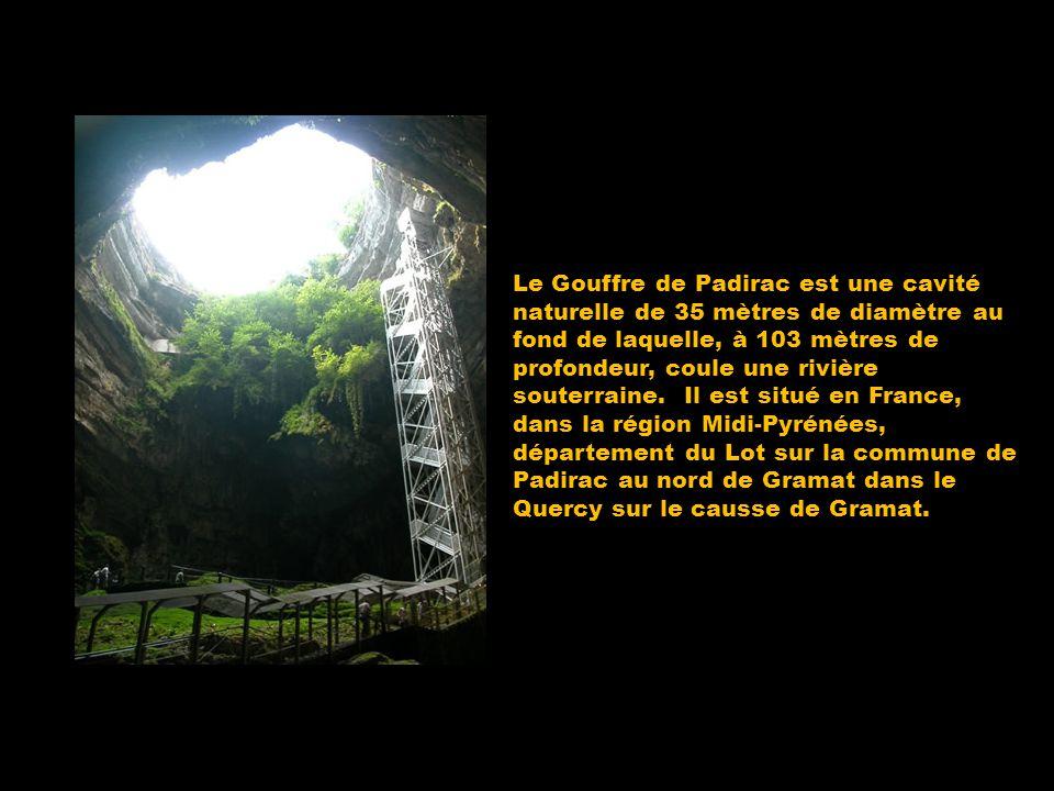 Le Gouffre de Padirac est une cavité naturelle de 35 mètres de diamètre au fond de laquelle, à 103 mètres de profondeur, coule une rivière souterraine
