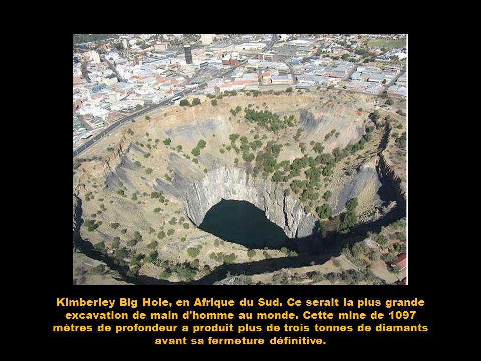 Gouffres célébres Kimberley Big Hole, en Afrique du Sud. Ce serait la plus grande excavation de main d'homme au monde. Cette mine de 1097 mètres de pr