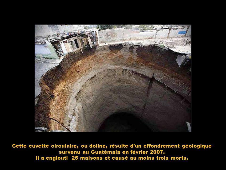 Cette cuvette circulaire, ou doline, résulte d'un effondrement géologique survenu au Guatémala en février 2007. Il a englouti 25 maisons et causé au m