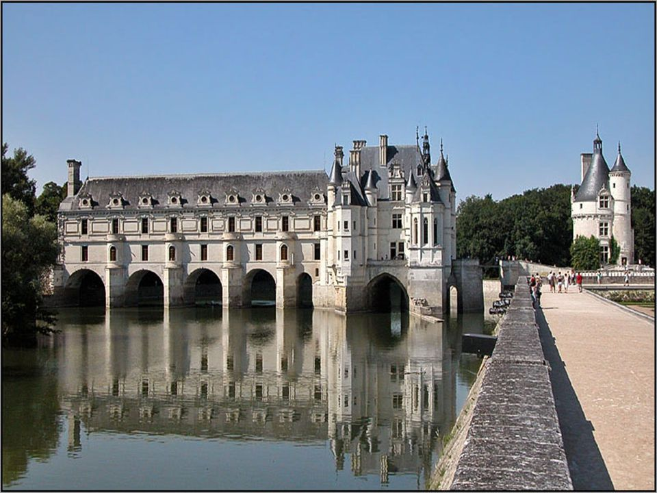 Le château est édifié dans le lit du Cher, sur les piles d'un moulin fortifié et du château fort racheté à la famille des Marques. Celui-ci fut rasé,