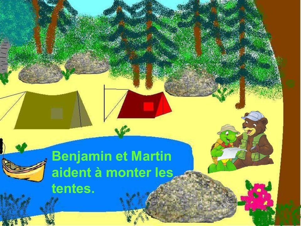 Benjamin et Martin aident à monter les tentes.