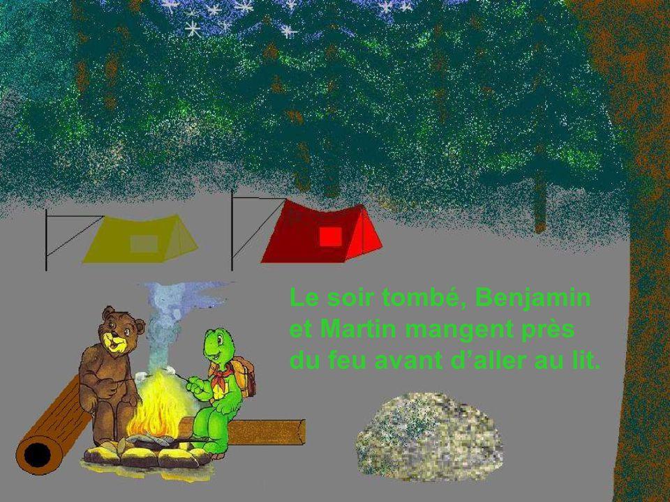 Le soir tombé, Benjamin et Martin mangent près du feu avant daller au lit.