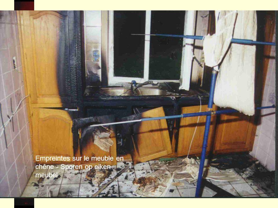55 Empreintes sur le meuble en chêne - Sporen op eiken meubel