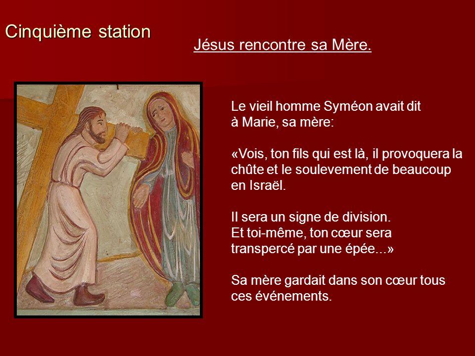 Cinquième station Jésus rencontre sa Mère. Le vieil homme Syméon avait dit à Marie, sa mère: «Vois, ton fils qui est là, il provoquera la chûte et le
