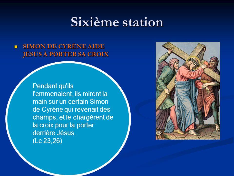 Sixième station SIMON DE CYRÈNE AIDE JÉSUS À PORTER SA CROIX SIMON DE CYRÈNE AIDE JÉSUS À PORTER SA CROIX Pendant qu'ils l'emmenaient, ils mirent la m