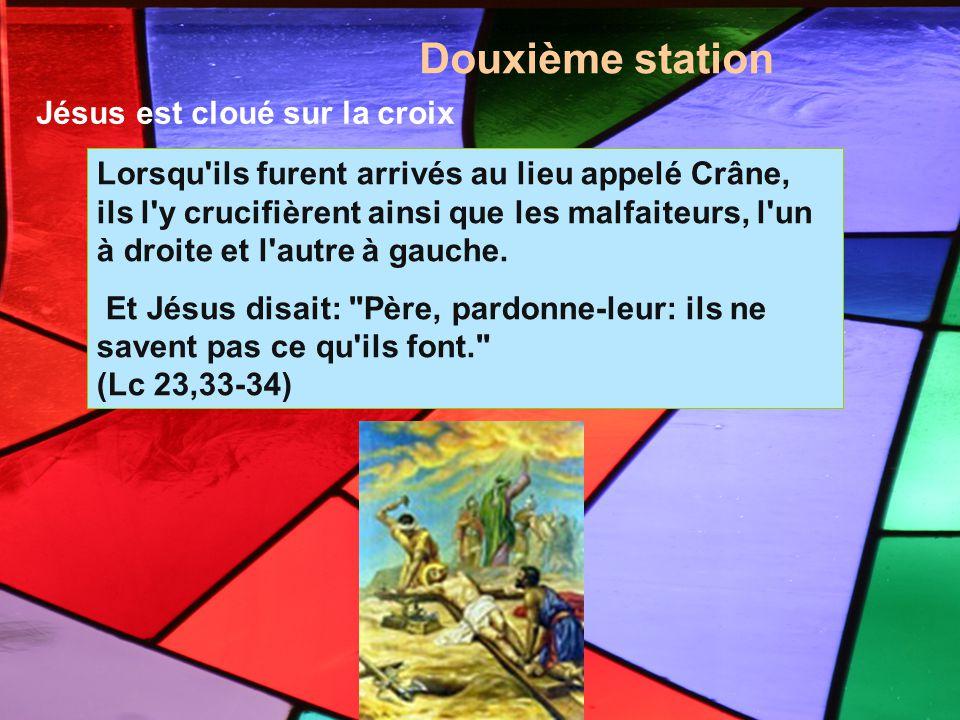 Douxième station Lorsqu'ils furent arrivés au lieu appelé Crâne, ils l'y crucifièrent ainsi que les malfaiteurs, l'un à droite et l'autre à gauche. Et