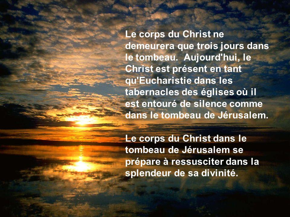Le corps du Christ ne demeurera que trois jours dans le tombeau. Aujourd'hui, le Christ est présent en tant qu'Eucharistie dans les tabernacles des ég
