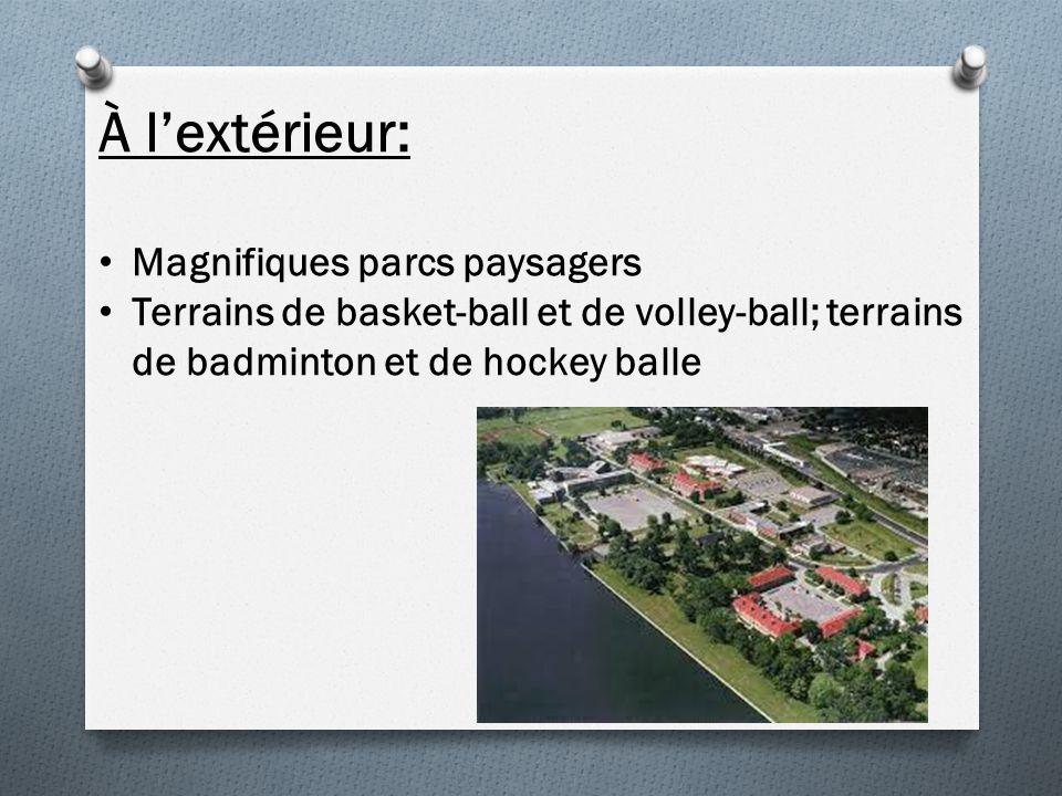 À lextérieur: Magnifiques parcs paysagers Terrains de basket-ball et de volley-ball; terrains de badminton et de hockey balle