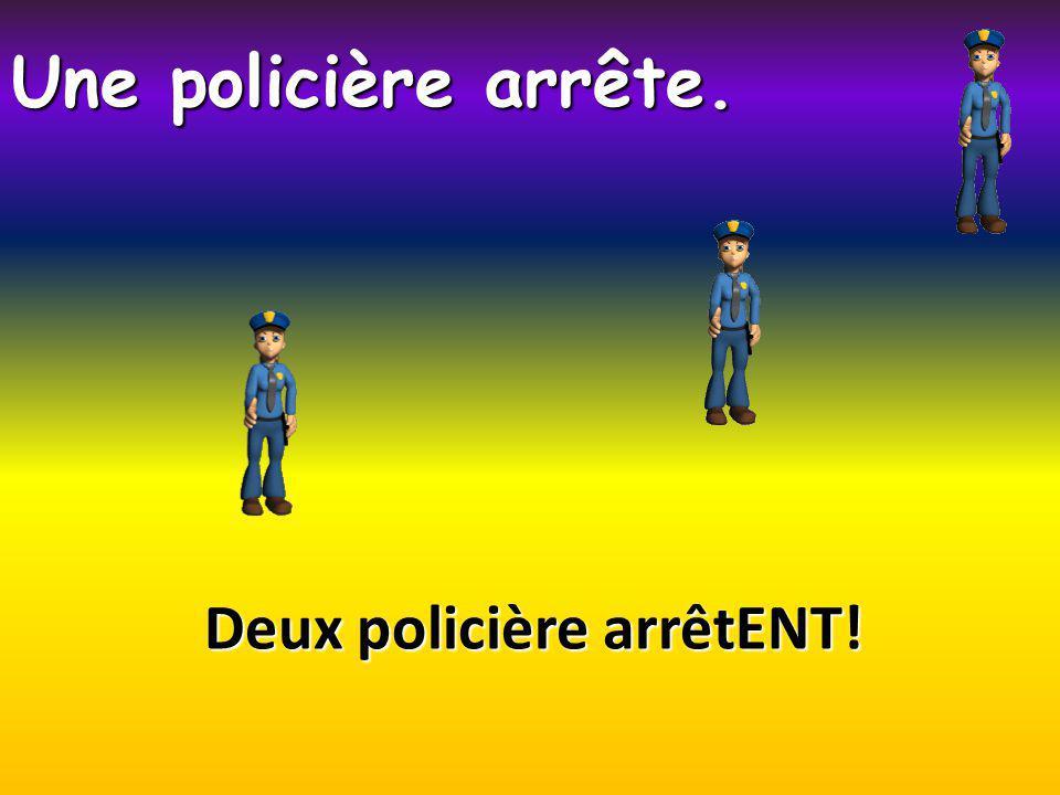 Deux policière arrêtENT! Une policière arrête.