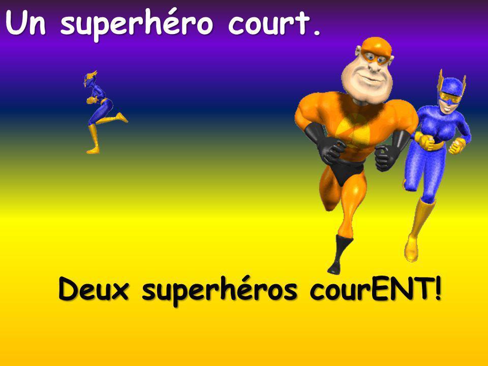 Deux superhéros courENT! Un superhéro court.