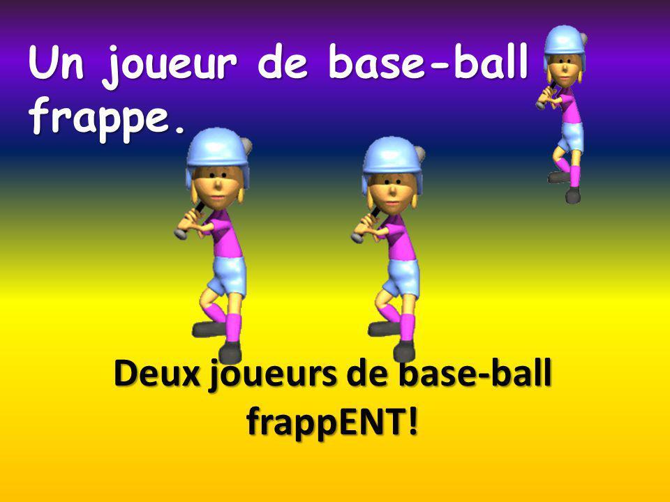 Deux joueurs de base-ball frappENT! Un joueur de base-ball frappe.