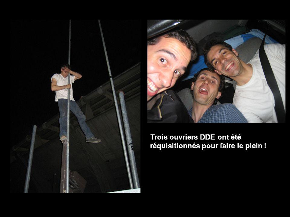Trois ouvriers DDE ont été réquisitionnés pour faire le plein !