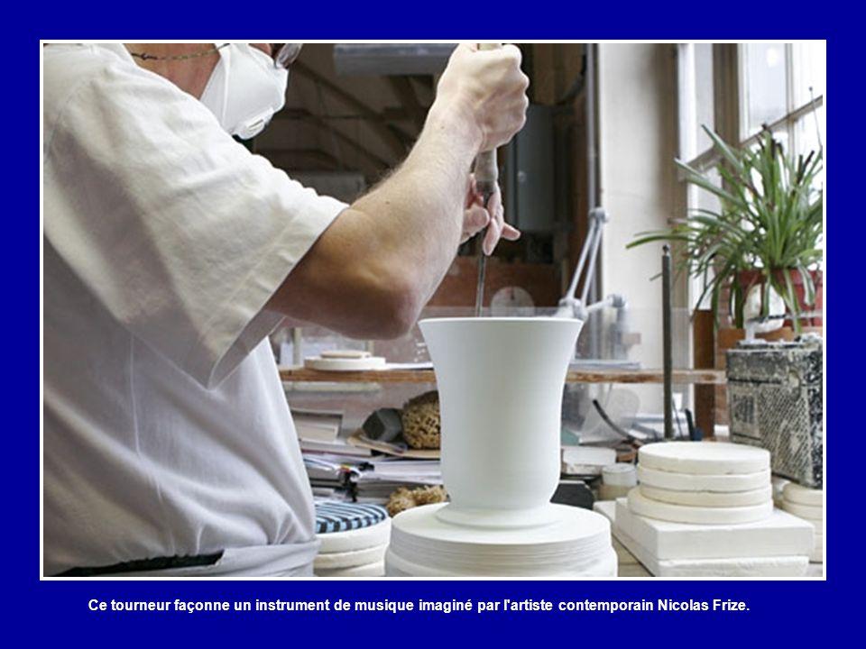 Ce vase en porcelaine tendre, mis à la lumière, illustre bien la transparence de la porcelaine de Sèvres. La pâte tendre, totalement dépourvue de kaol