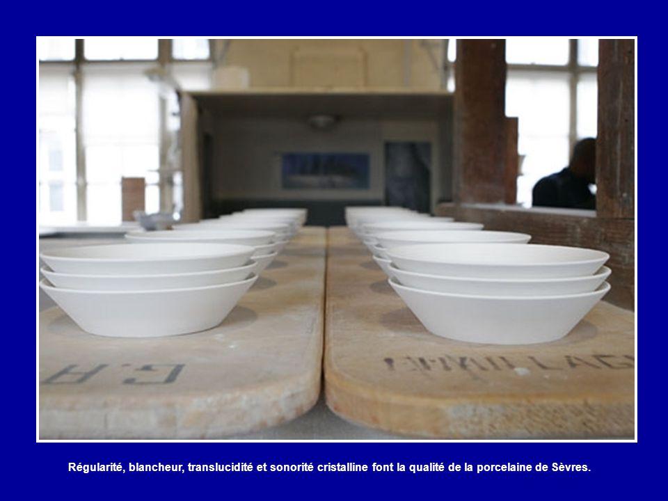 Le garnissage-découpage désigne l'ensemble des techniques effectuées sur la pièce non cuite mais séchée. Cette technicienne découpe minutieusement la