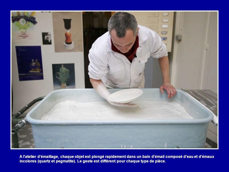 Régularité, blancheur, translucidité et sonorité cristalline font la qualité de la porcelaine de Sèvres.