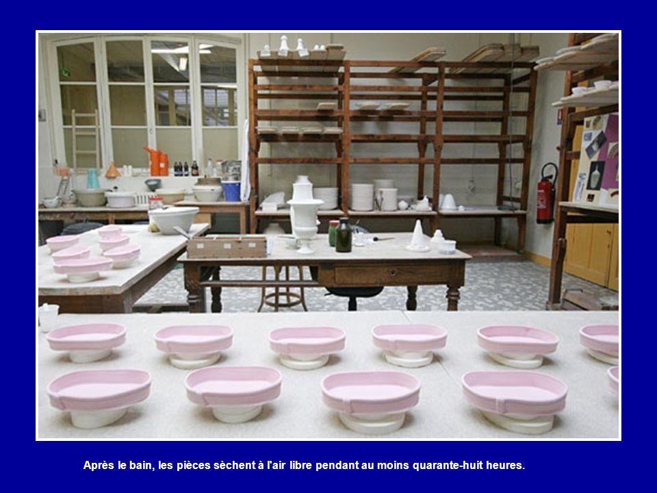 A l'atelier d'émaillage, chaque objet est plongé rapidement dans un bain d'émail composé d'eau et d'émaux incolores (quartz et pegmatite). Le geste es