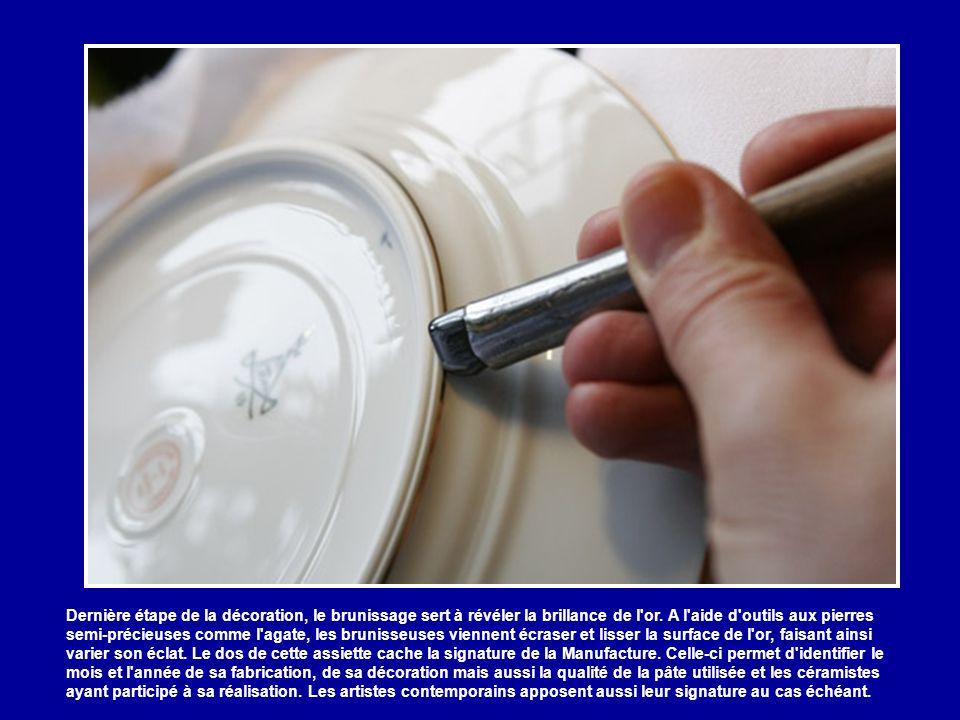 L'atelier de dorure est aussi celui du filage, technique permettant de réaliser des filets divers au pinceau. L'or est fixé ensuite par une cuisson in