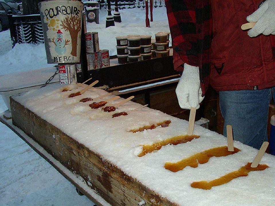 On verse le sirop chaud sur la neige, elle fige, puis on lenroule sur un bâtonnet et on se régale !