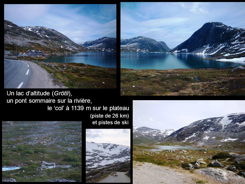 Un lac daltitude (Grötli), un pont sommaire sur la rivière, le col à 1139 m sur le plateau (piste de 26 km) et pistes de ski