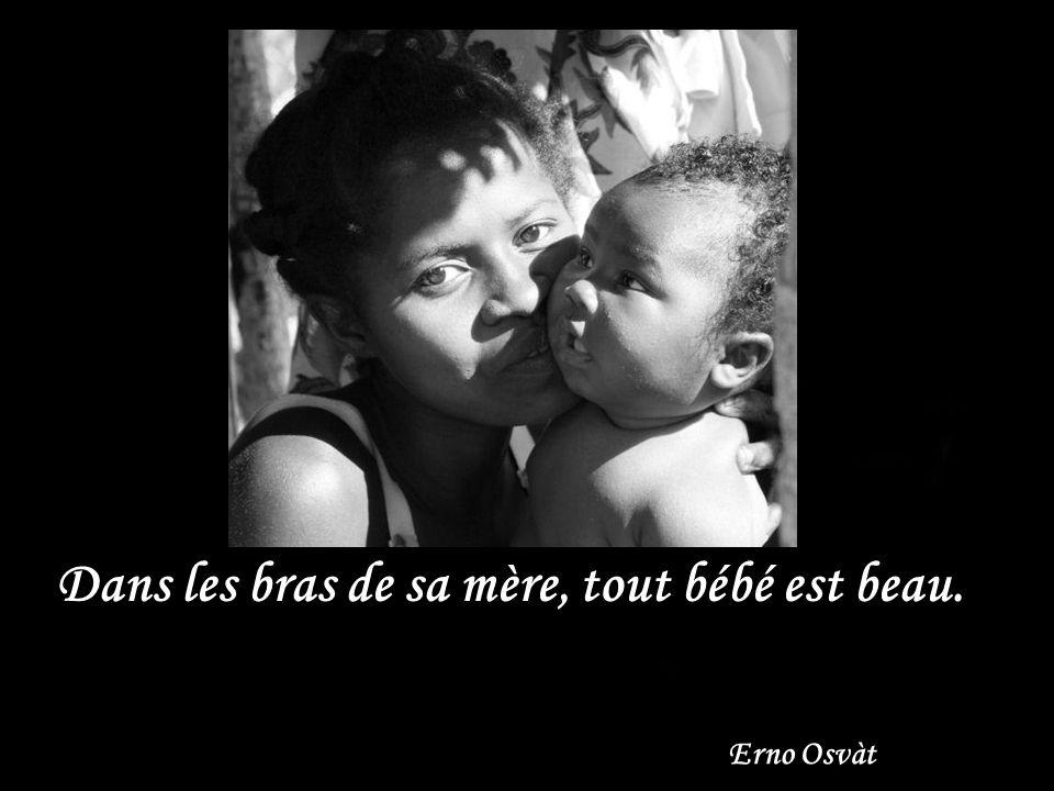 Dans les bras de sa mère, tout bébé est beau. Erno Osvàt