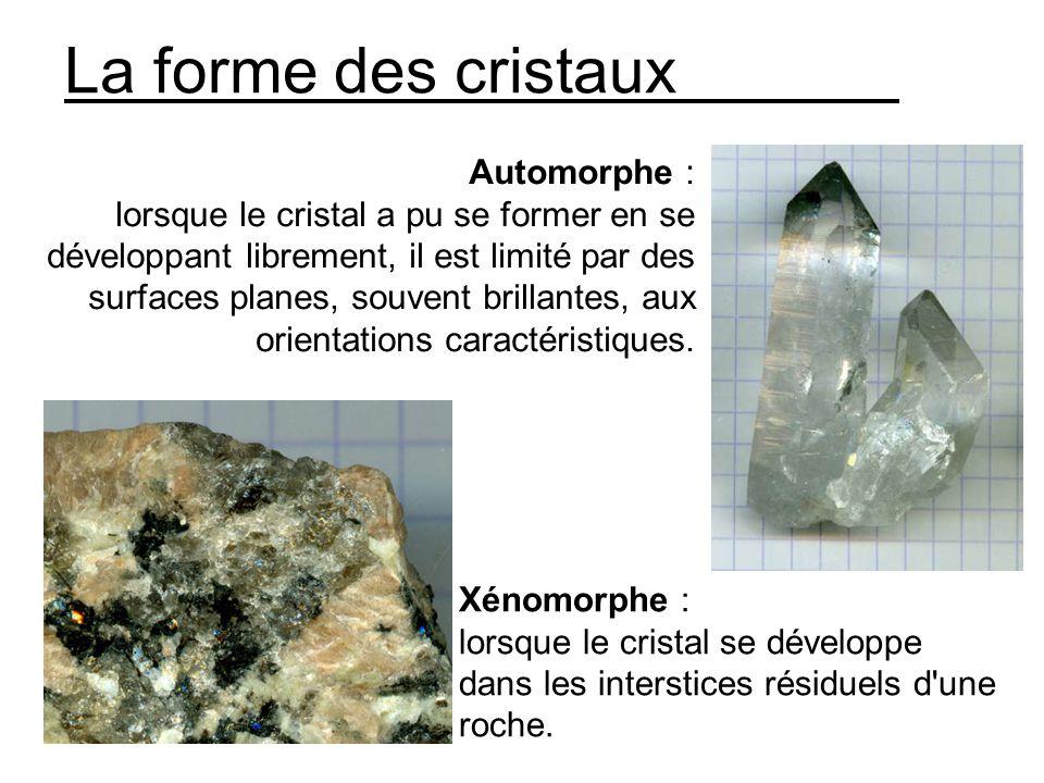 La forme des cristaux Automorphe : lorsque le cristal a pu se former en se développant librement, il est limité par des surfaces planes, souvent brillantes, aux orientations caractéristiques.