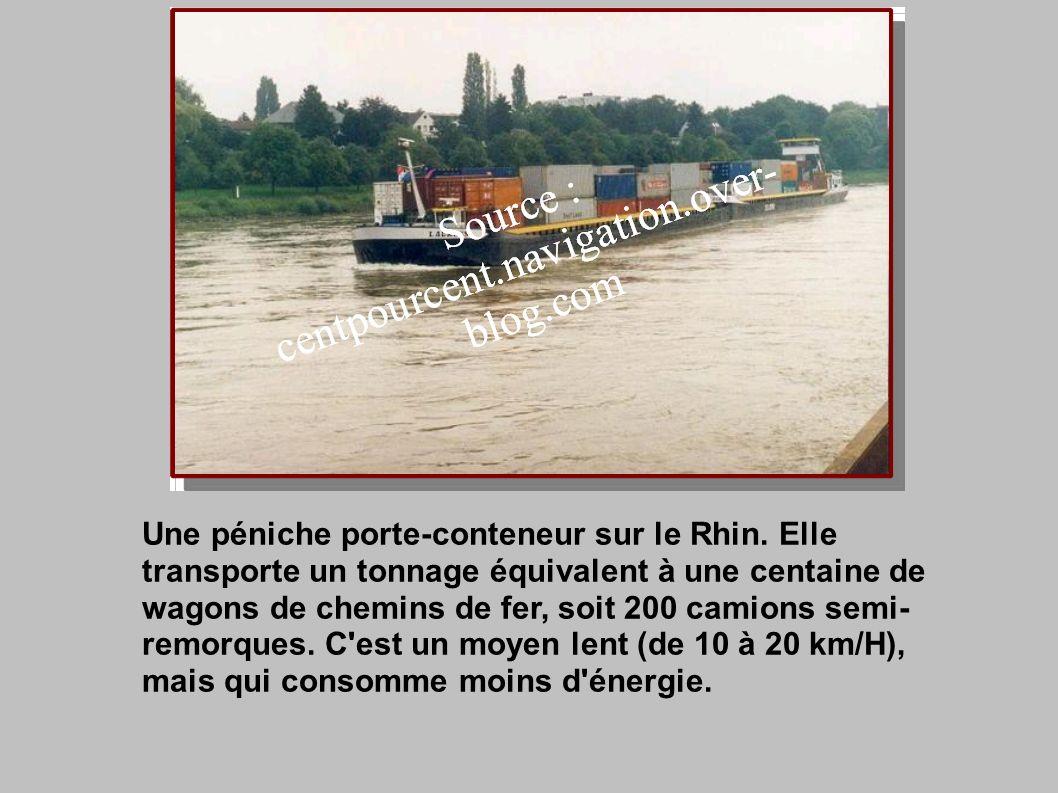Une péniche porte-conteneur sur le Rhin.
