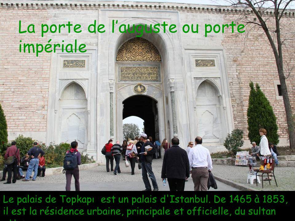 La porte de l'auguste ou porte impériale Le palais de Topkapı est un palais d Istanbul.