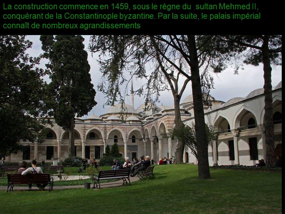 La construction commence en 1459, sous le règne du sultan Mehmed II, conquérant de la Constantinople byzantine.