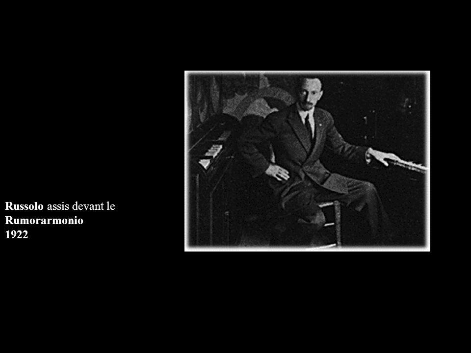 Russolo assis devant le Rumorarmonio 1922