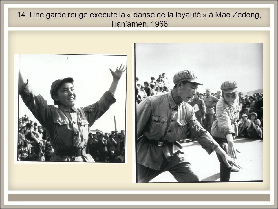 14. Une garde rouge exécute la « danse de la loyauté » à Mao Zedong, Tianamen, 1966