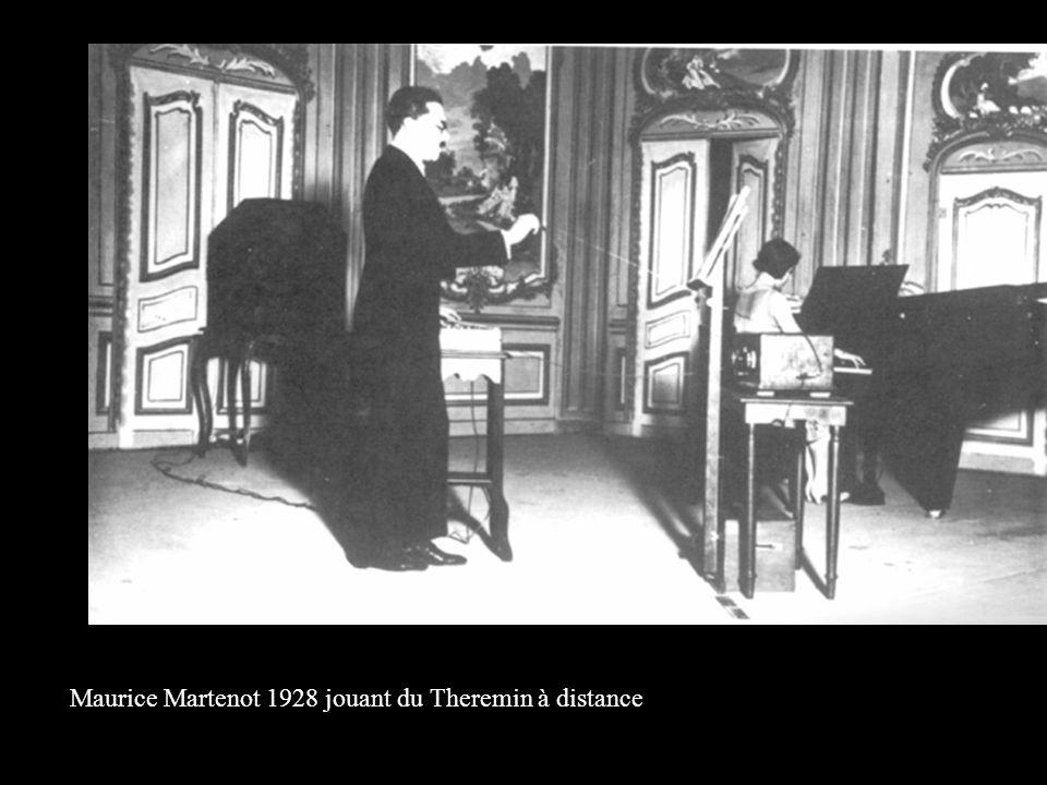 Maurice Martenot 1928 jouant du Theremin à distance