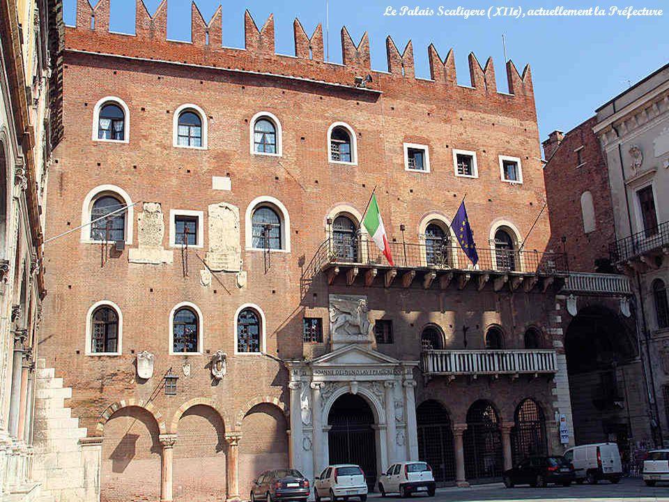 Le monument le plus important de la piazza dei Seignori est la Loggia del Consiglio construite entre 1476 et 1493.