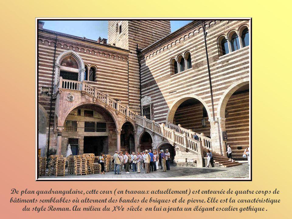 Le Palais du Capitaine avec sa façade du XVIe siècle arbore un superbe porche de Sanmicheli.