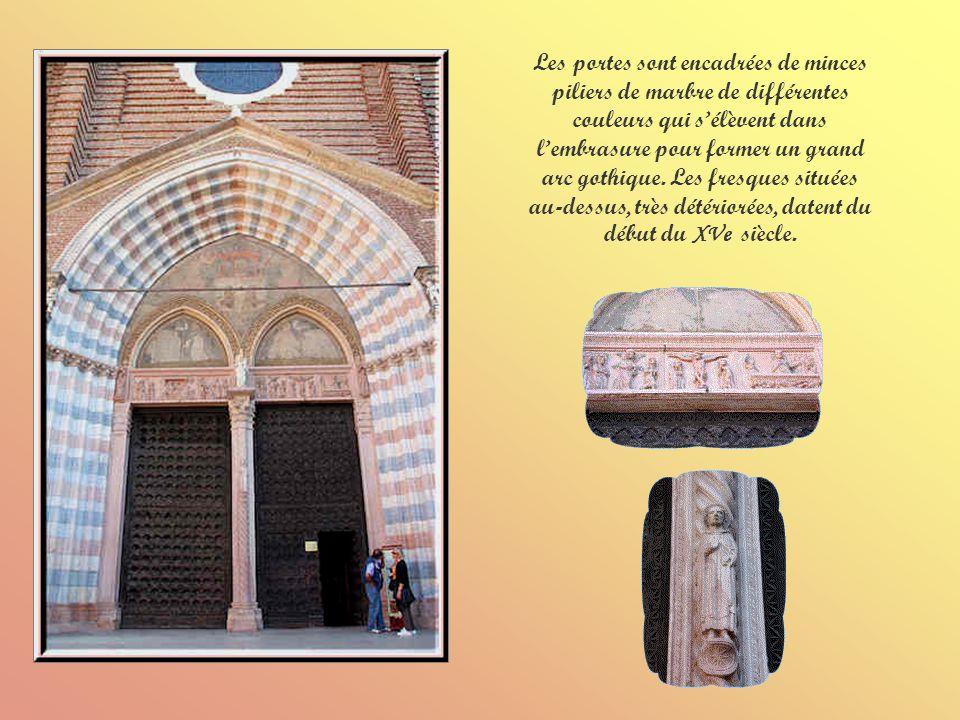 La façade de léglise Sant Anastasia montre un magnifique portail à double ogives.