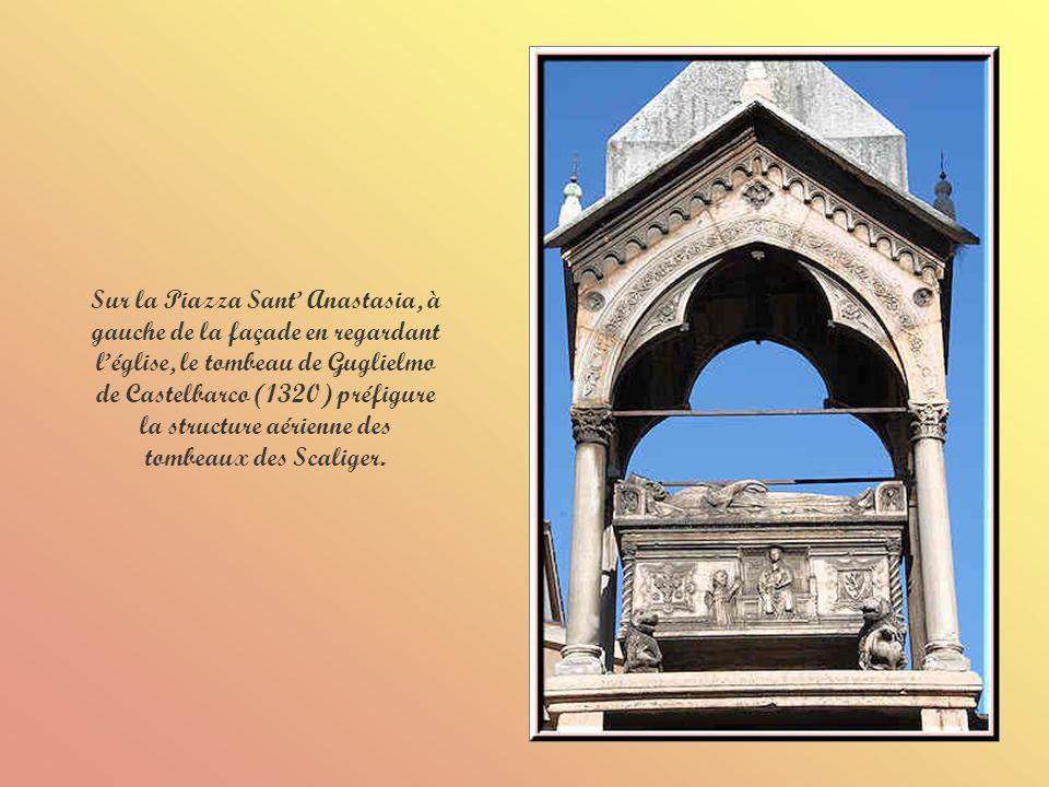 Les portes sont encadrées de minces piliers de marbre de différentes couleurs qui sélèvent dans lembrasure pour former un grand arc gothique.