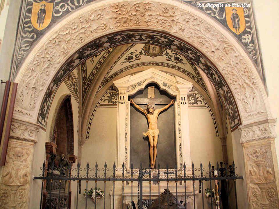 Ces bénitiers sont, pour lun (ci-dessous), lœuvre de Gabriele Galiari, sculpté en 1495.