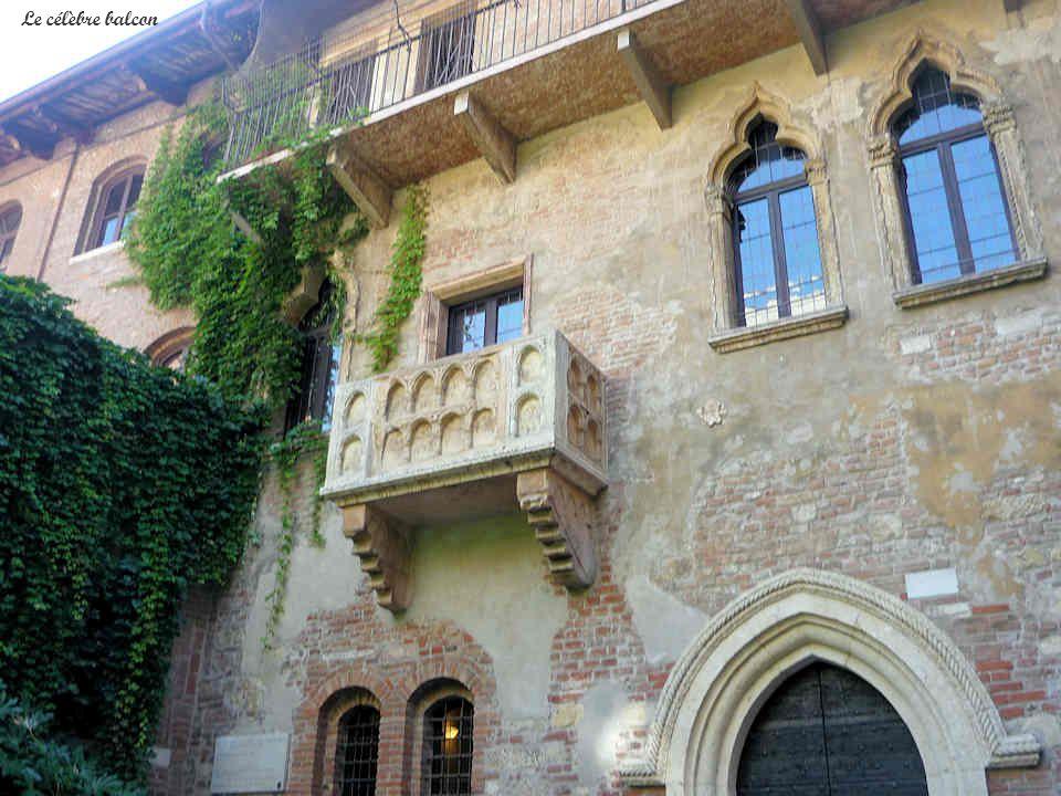 Le porche dentrée de la maison de Juliette souvre sur une cour intérieure dans laquelle une statue de Juliette est érigée, presque sous le célèbre balcon.