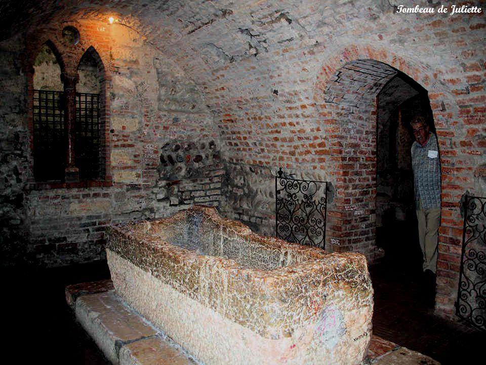 Le cadre, constitué dun couvent de capucins et dun cloître avec une ancienne église romane, est évocateur.