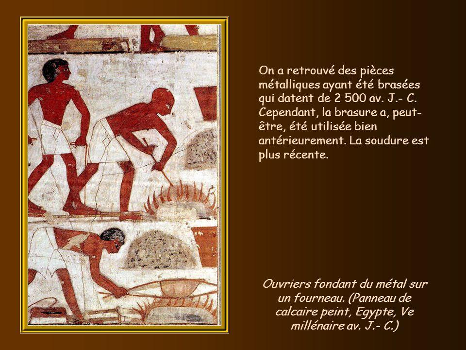 Cest vers 2 800 av. J.- C. que les Egyptiens équipent le tabouret dun dossier pour en faire une chaise. Représentation dune chaise sur une tablette de