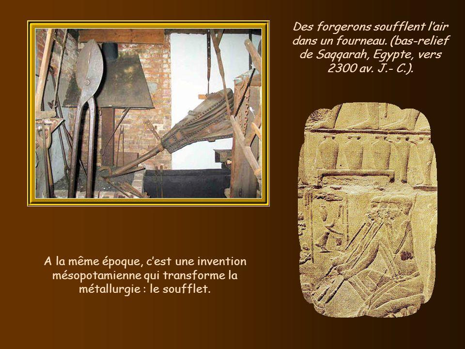 Vers 2 500 av. J.- C., les Anatoliens assemblent le fer au marteau, cest le forgeage.