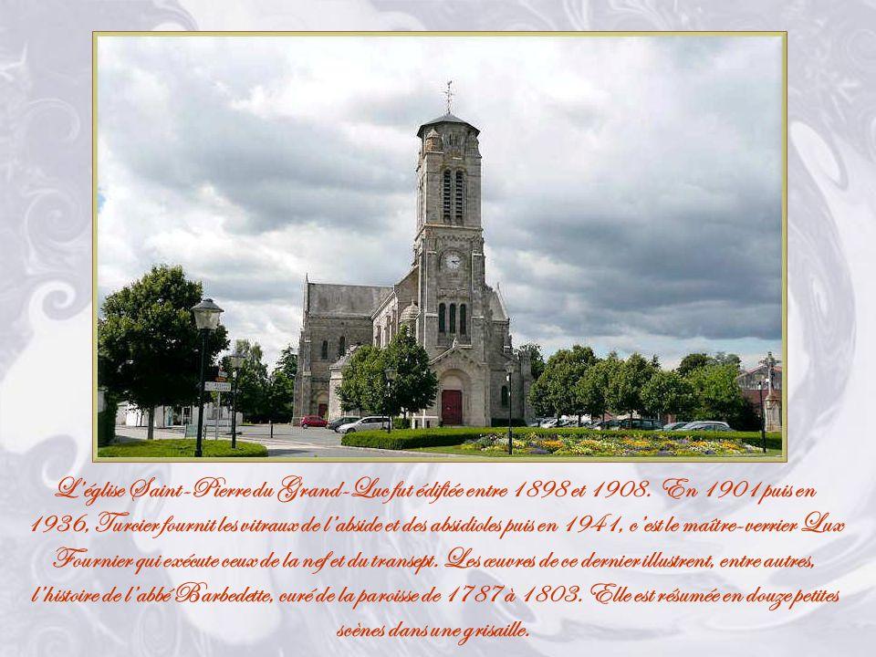 A lemplacement où eurent lieu le massacre et la sépulture de labbé Voyneau, une colonne surmontée dune croix fut bénie le 28 Février 1947.