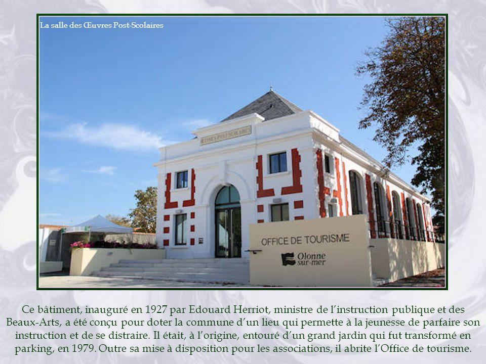 Ce bâtiment, inauguré en 1927 par Edouard Herriot, ministre de linstruction publique et des Beaux-Arts, a été conçu pour doter la commune dun lieu qui permette à la jeunesse de parfaire son instruction et de se distraire.