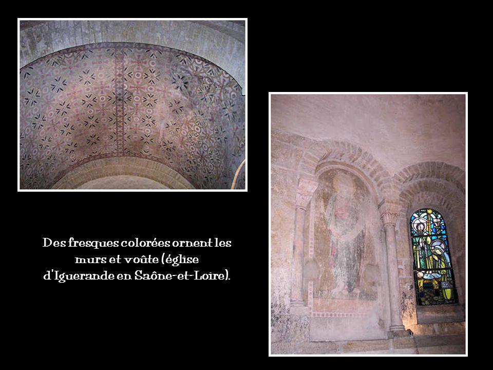 Dans le décor roman, des sculptures peintes parent les chapiteaux qui ornent les piliers et décorent les façades des édifices. Comme la plupart des fi