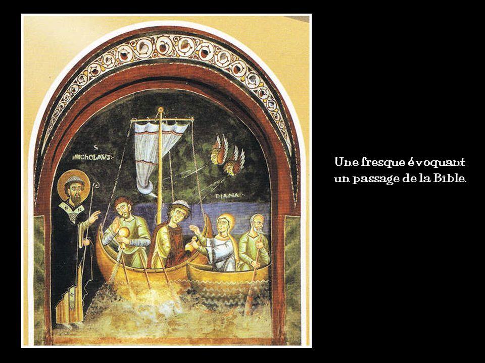 Des fresques colorées ornent les murs et voûte (église dIguerande en Saône-et-Loire).