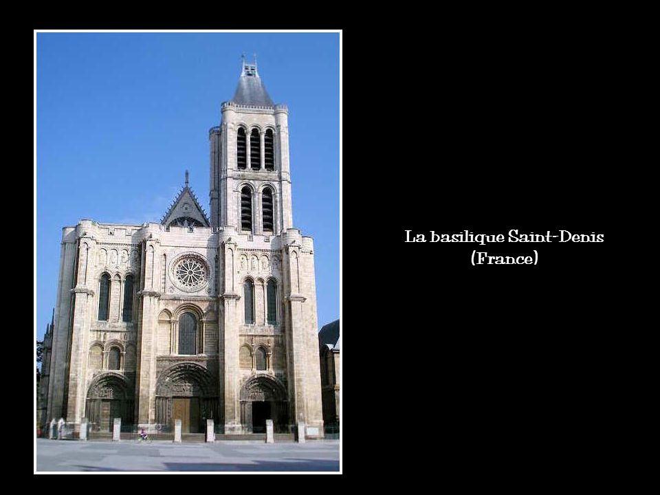 Entre le XIIe et le XIVe siècles, cest lâge dor des cathédrales. Il est du à un contexte favorable : les récoltes sont bonnes, le pays prospère, la po