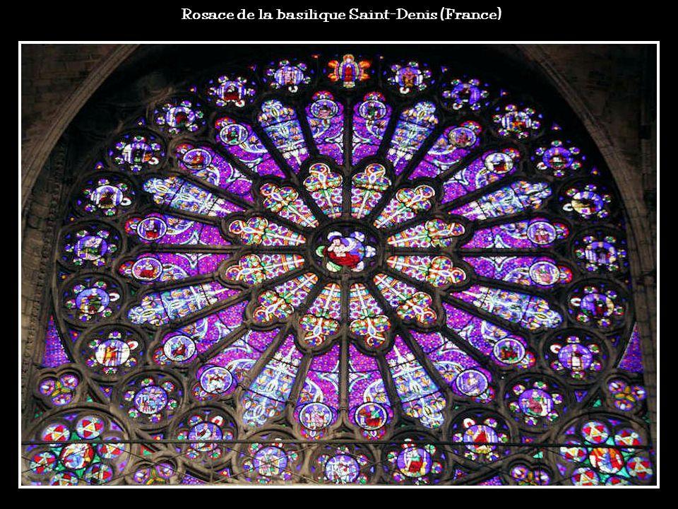 Les vitraux répandent dans les édifices une lumière douce et colorée. Ce sont des morceaux de verre de couleurs maintenus par un maillage de plomb ou